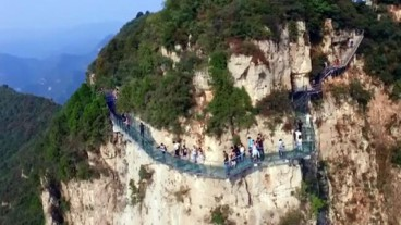 Cracks In China's Impressive Glass Bridge Sowed Panic
