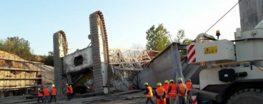 Construction crane collapses while building a bridge (video)
