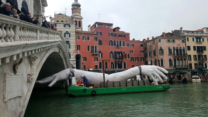 Gigantic arms Venezia 1