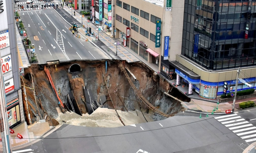 This giant sinkhole on a busy street in Japan was repaired in just 48 hours (vid)