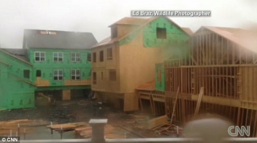 Strong winds cause North Carolina condo to collapse