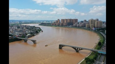 Bridge partially collapses in South China