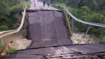 Bridge collapse in Florida sents 2 cars airborne