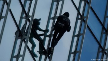 French man climbs 42-story skyscraper in Frankfurt and gets arrested